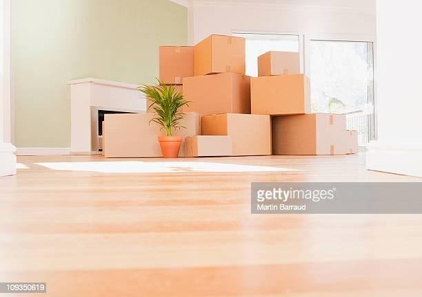 Boîtes empilées sur plancher en bois de la nouvelle maison