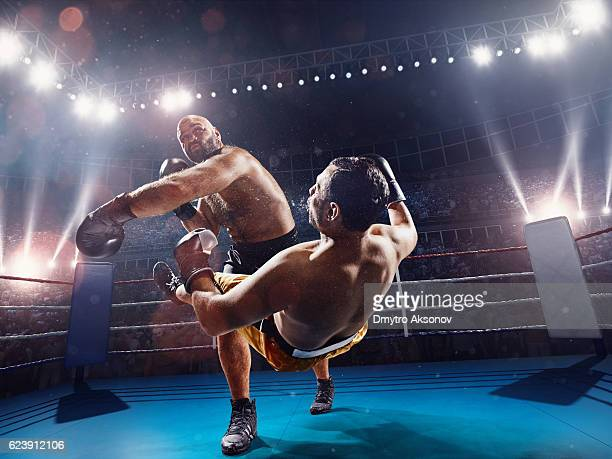 boxing: extremely powerful punch - rivaliteit stockfoto's en -beelden