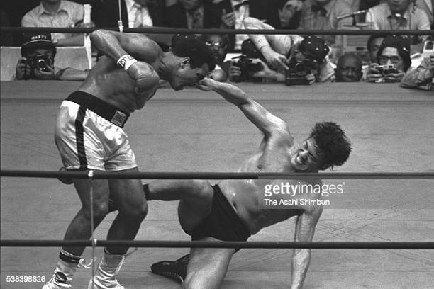 Boxing heavyweight champion Muhammad Ali of the United States and professional wrestler Antonio Inoki whose real name is Kanji Inoki of Japan compete...