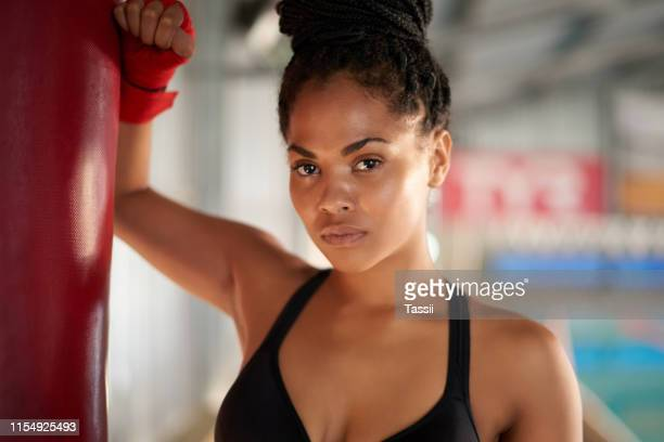el boxeo me mantiene en la mejor forma - combat sport fotografías e imágenes de stock