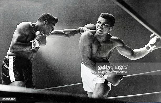 Boxing Las Vegas USA 23rd November American heavyweight champion Cassius Clay ducks a left hand jab from Floyd Patterson during the sixth round of...