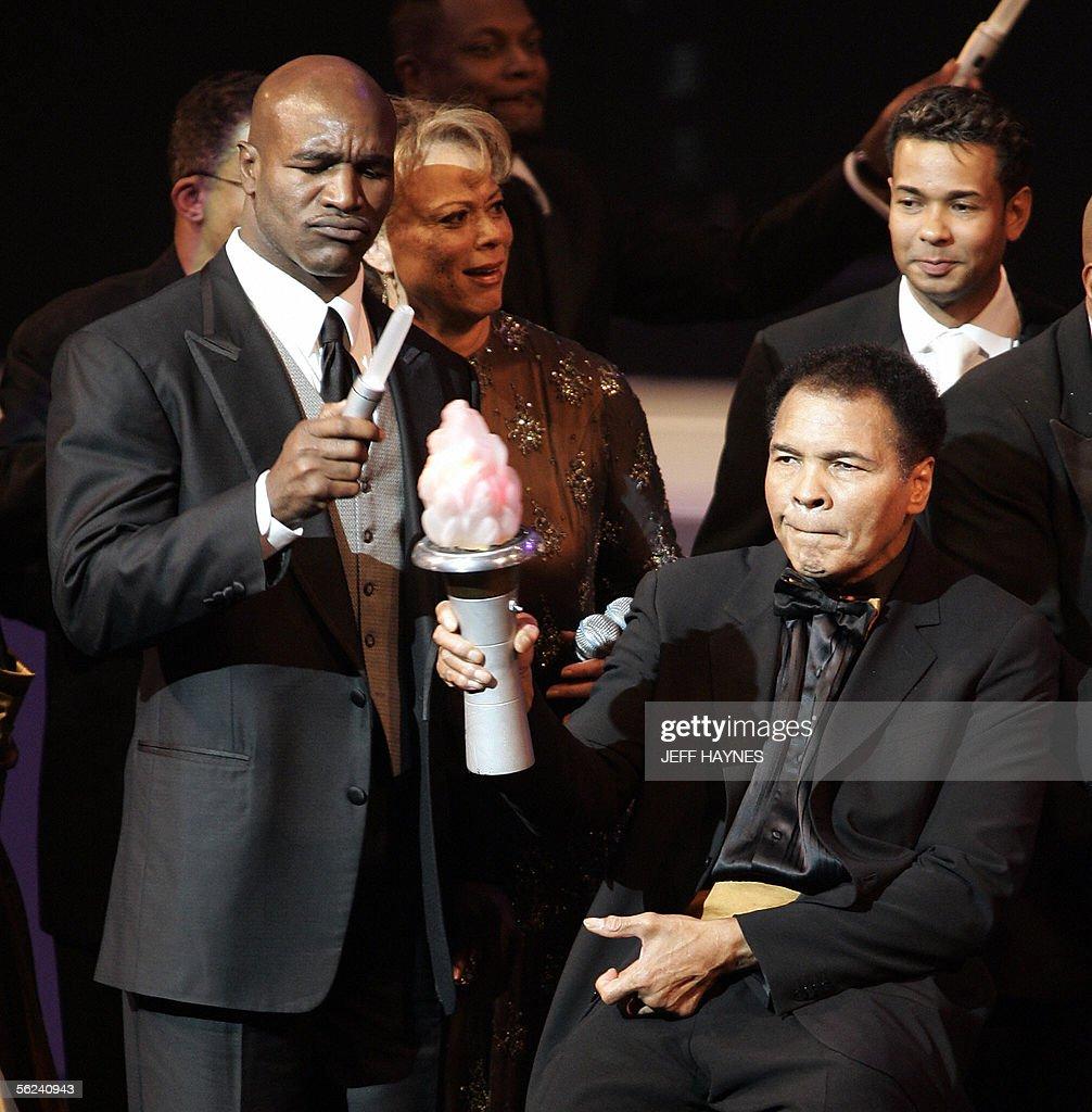 US boxing legend Muhammad Ali (R) holds : News Photo