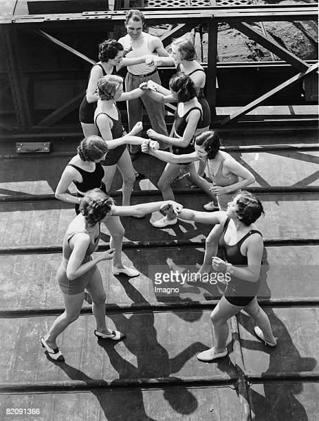 Boxing lesson for beauty queens on the roof of the LondonPavillion in Piccadilly Photograph May 19th 1932 [Boxunterricht fr junge BeautyQueens auf...