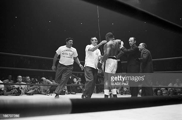 Sonny Liston Against Floyd Patterson In Las Vegas EtatsUnis 25 juillet 1963 Match revanche entre le nouveau champion du monde des poids lourds le...