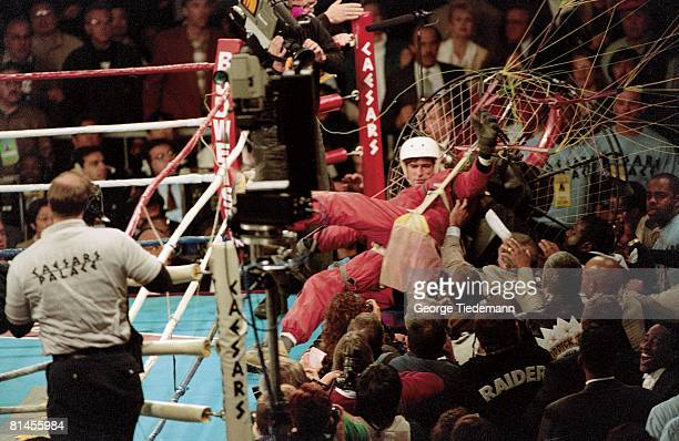 Boxing WBA/IBF Heavyweight Title James Miller paragliding and landing ringside before Riddick Bowe vs Evander Holyfield fight at Caesars Palace Las...