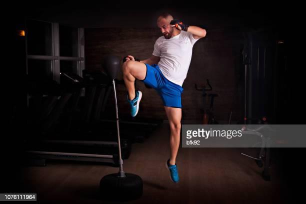 boksen-training - schoppen lichaamsbeweging stockfoto's en -beelden