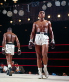 Boxing world heavyweight title muhammad ali walking to corner during picture id136886066?s=170x170