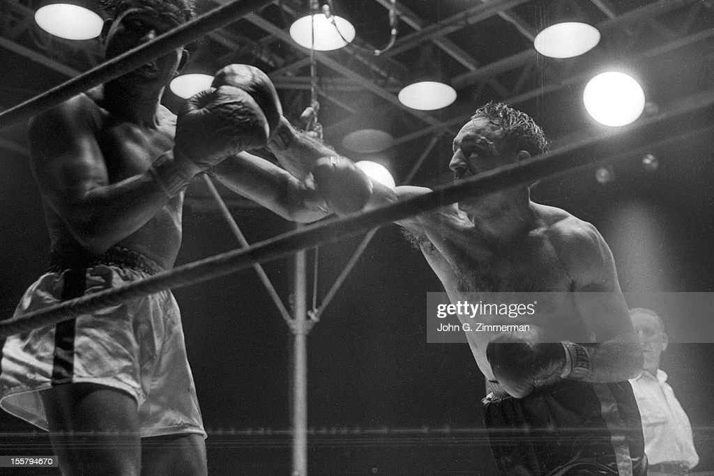 Carmen Basilio vs Sugar Ray Robinson, 1957 World Middleweight Title : News Photo