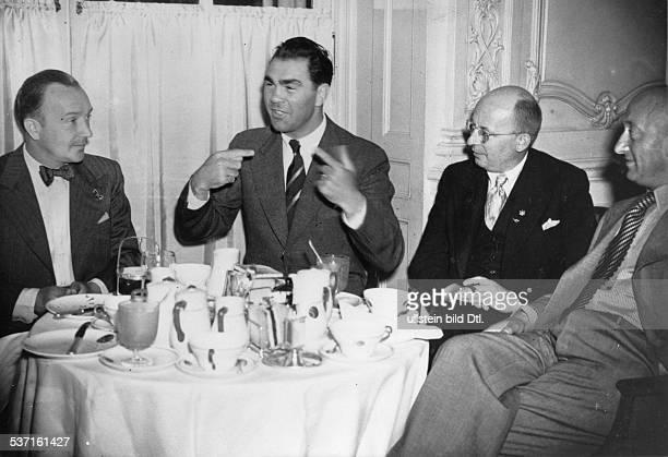 Boxsportler D im Gespräch mit NS Boxsportführer Franz Metzner und Trainer Max Machon Juni 1937