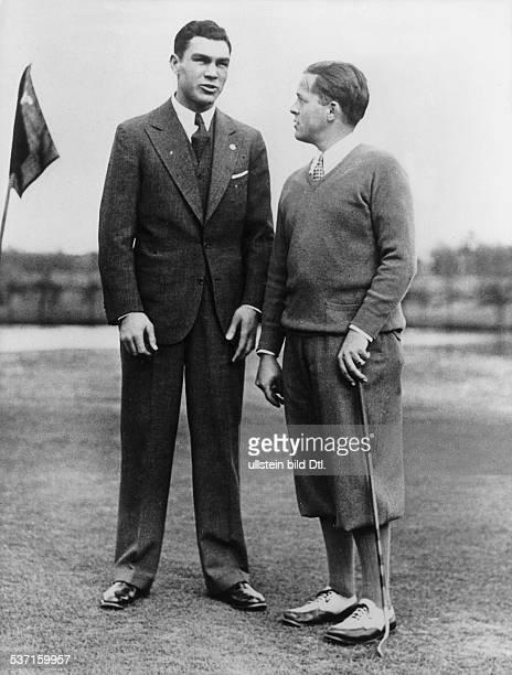 Boxsportler D zusammen mit dem Golfspieler Bobby Jones auf einem Golfplatz März 1931