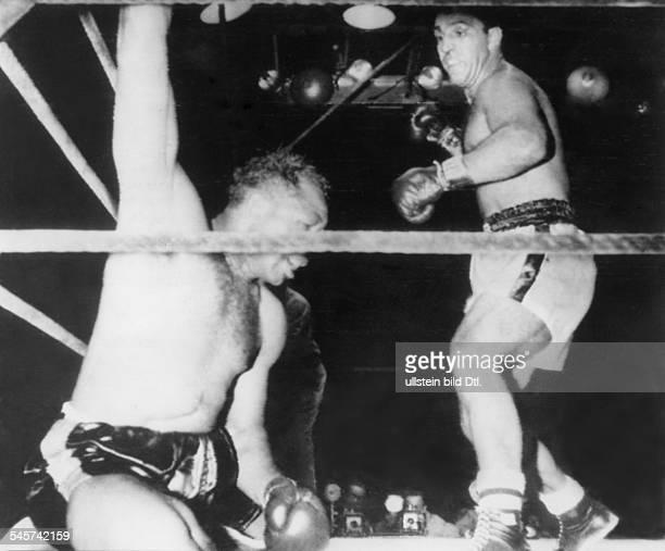 Boxsportler USA imSchwergewichtsweltmeisterschaftskampfgegen Rocky Marciano im New YorkerYankeeStadion Archie Moore am Boden2191955