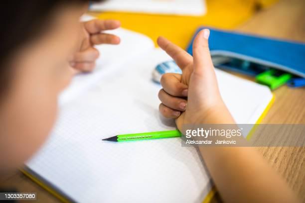 um garoto adicionando números com os dedos - 6 7 anos - fotografias e filmes do acervo