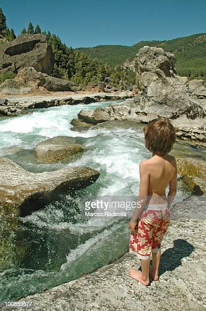 boy admiring patagonia caleufu  river - radicella - fotografias e filmes do acervo