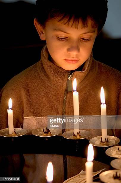 Garçon et bougies