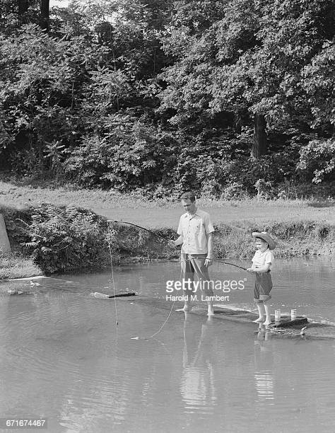 boy and father fishing in river - {{relatedsearchurl(carousel.phrase)}} fotografías e imágenes de stock
