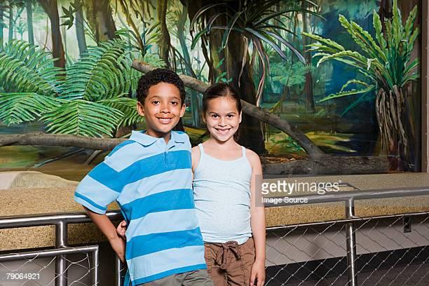 Jungen und Mädchen im zoo