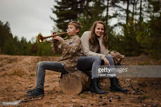 boy and girl, brother and sister, teenagers play the trumpet and violi - ニジニ・ノヴゴロド州 ストックフォトと画像