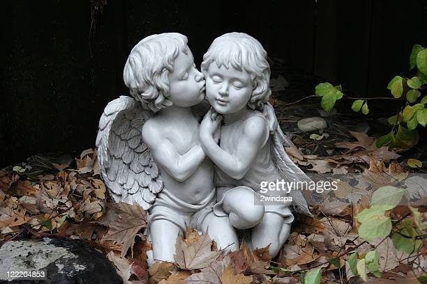 Garçon et fille chérubins