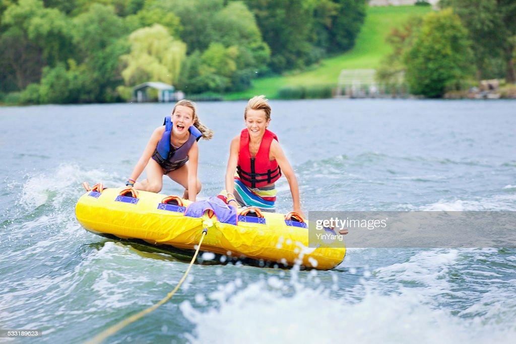 Menino e uma menina crianças boia em Minnesota lago no verão : Foto de stock