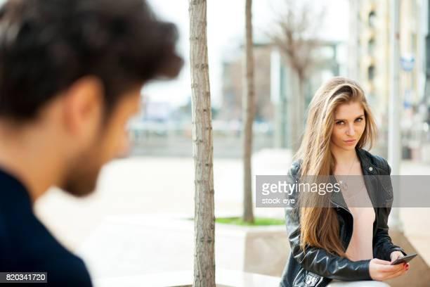 Chico y chica coqueteando
