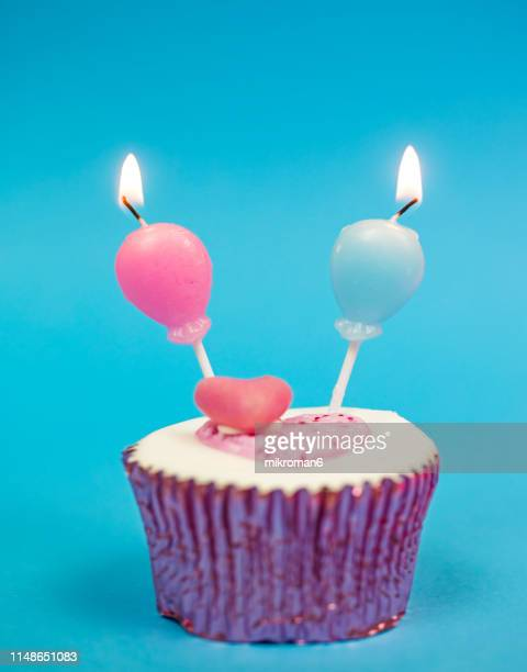 boy and girl, happy birthday: twins!! - equidad de genero fotografías e imágenes de stock