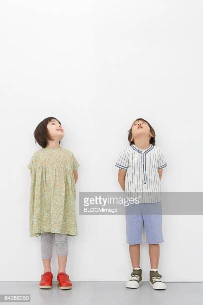 boy and girl looking upward - 見上げる ストックフォトと画像