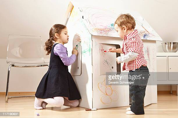 Garçon et fille peinture en carton house