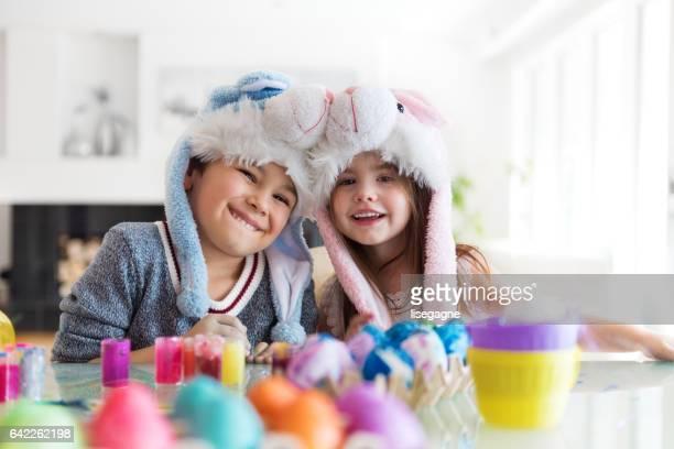 menino e menina pintando ovos de páscoa - páscoa - fotografias e filmes do acervo