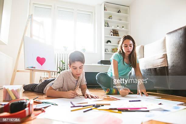 Garçon et fille peindre