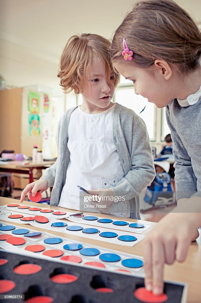 Boy (6-7) and girl (6-7) playing educational game : Stock-Foto