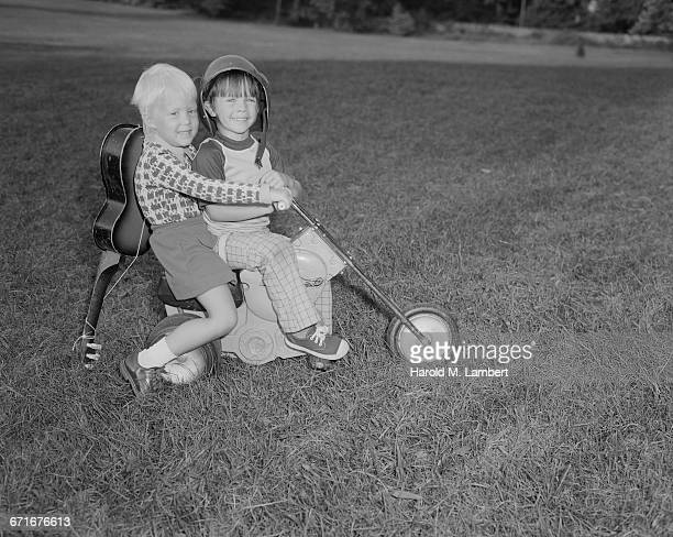 boy and girl playing on grass - {{relatedsearchurl(carousel.phrase)}} ストックフォトと画像