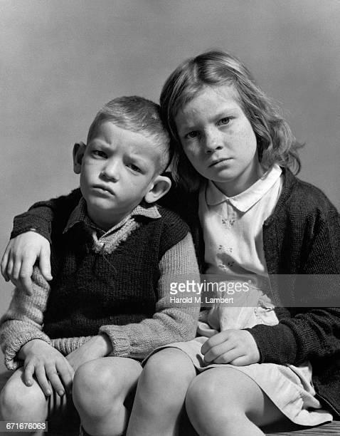 boy and girl sitting together - {{ contactusnotification.cta }} stockfoto's en -beelden