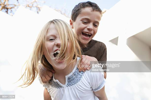 boy and girl smiling at camera - nur kinder stock-fotos und bilder