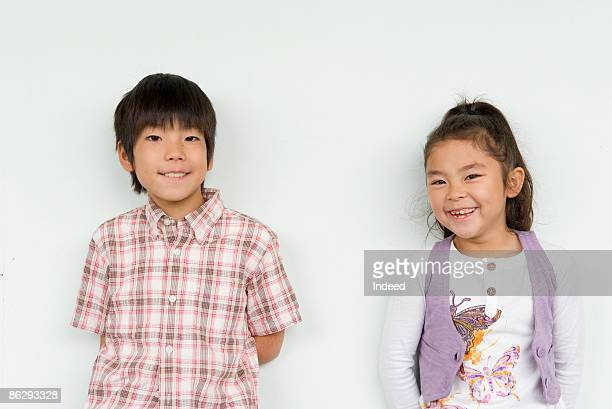 boy and girl (8-11) smiling side by side - 男子生徒 ストックフォトと画像