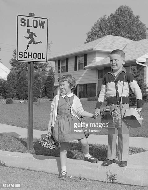 boy and girl standing near road sign - {{ collectponotification.cta }} foto e immagini stock