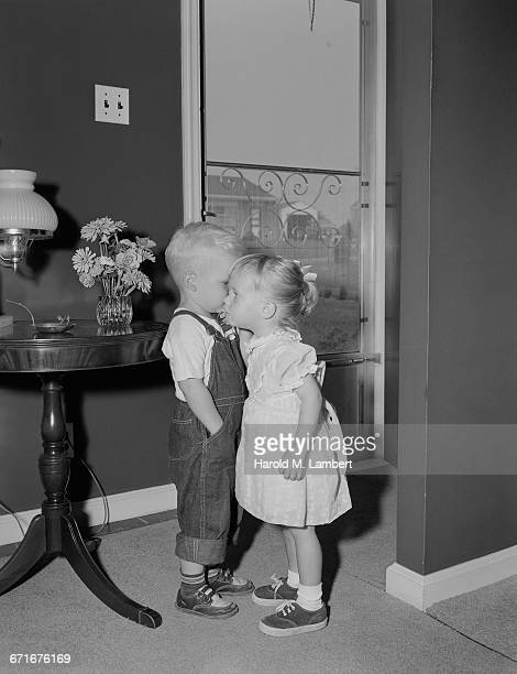 boy and girl talking with each other - {{ contactusnotification.cta }} stockfoto's en -beelden