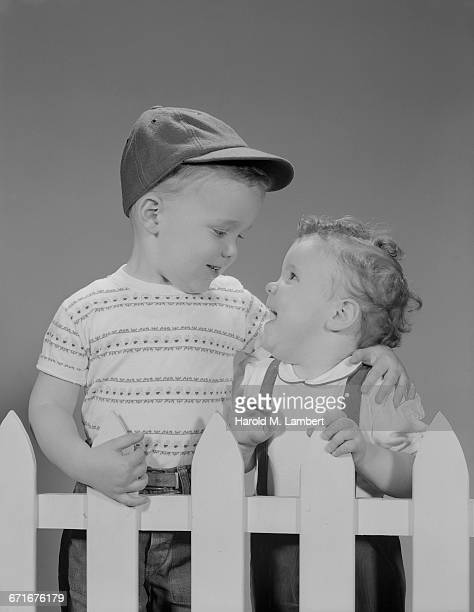 boy and girl talking with each other - {{ collectponotification.cta }} foto e immagini stock
