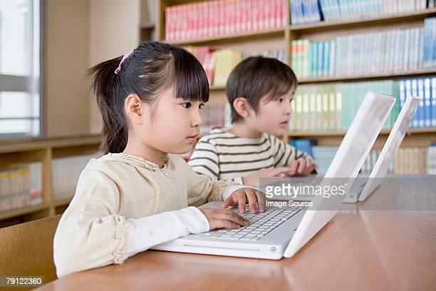 ボーイとガールのノートパソコンを使う