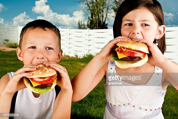 Garçon et fille avec des Hamburgers