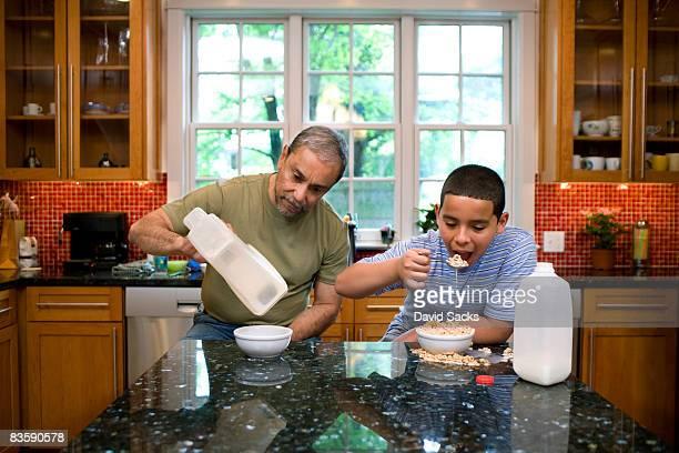 Junge und Großvater in der Küche Essen Frühstück