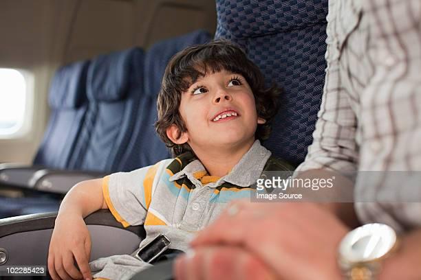 Junge und Mann auf einem Flugzeug