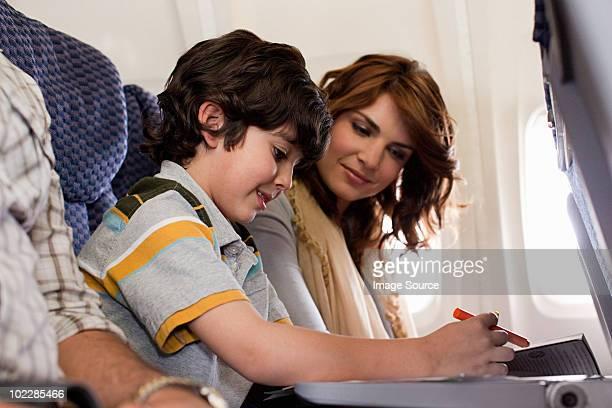 Jungen und Eltern auf Flugzeug