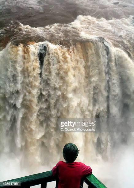 boy and waterfall - フォスドイグアス ストックフォトと画像