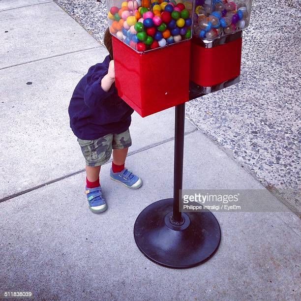 boy at gumball machine - gumball machine stock pictures, royalty-free photos & images