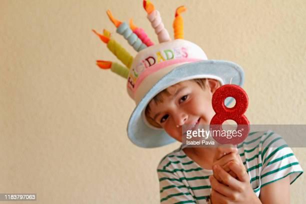 boy at his birthday - 8 9 jaar stockfoto's en -beelden
