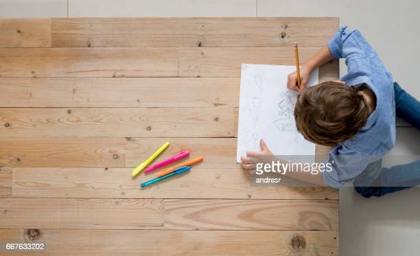 junge zu hause zeichnung und färbung - ausmalen stock-fotos und bilder