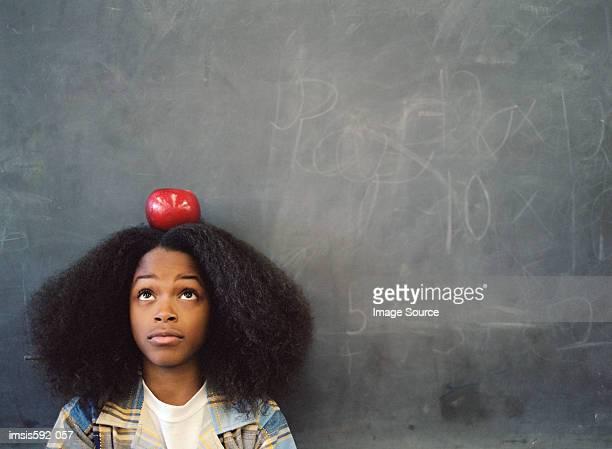Jungen Ausgleich einen Apfel auf dem Kopf