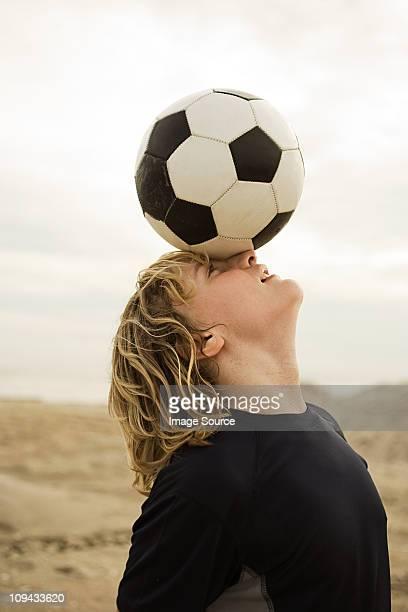 Jungen Ausgleich Fußball mit Kopf