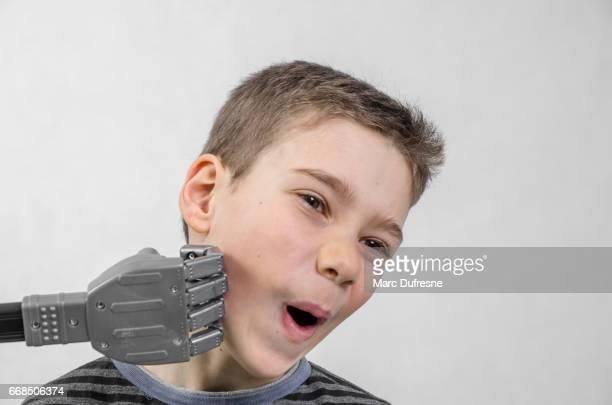 少年の顎をロボットの拳で打たれて