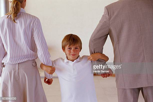 boy between parents - divorce stock pictures, royalty-free photos & images